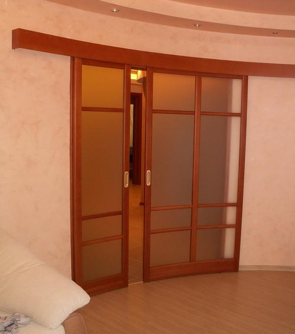 Раздвижная дверь радиусного типа со вставками из стекла