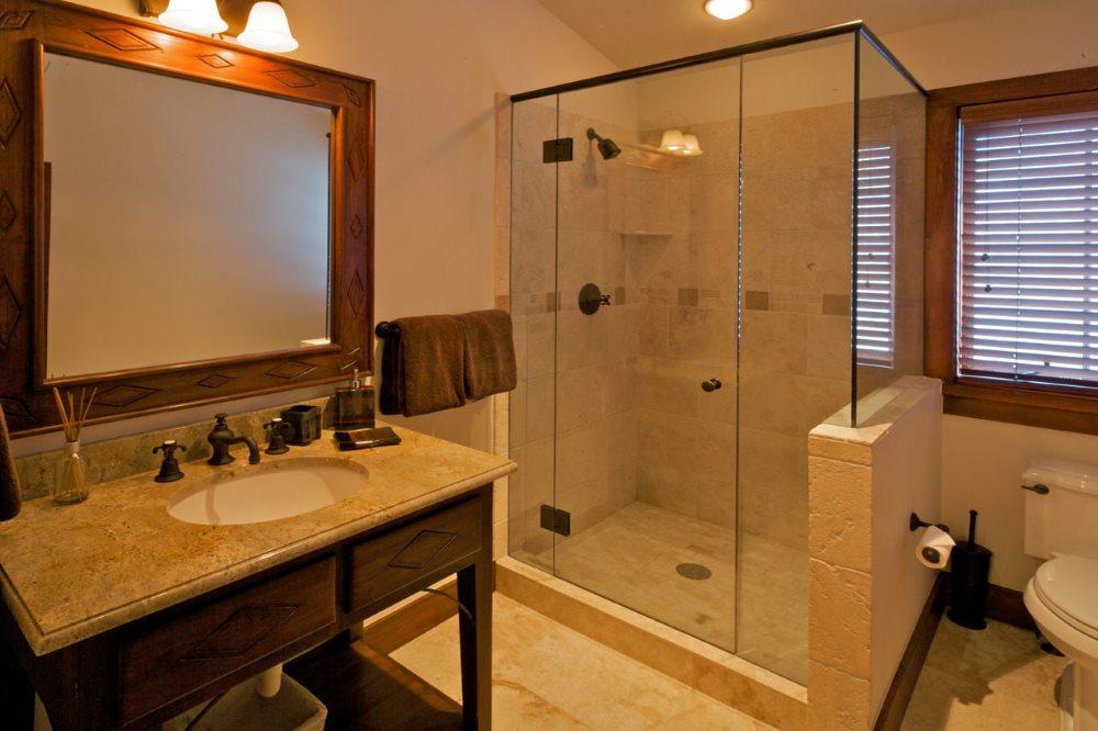 Душевая кабина с распашной дверкой в ванной частного дома