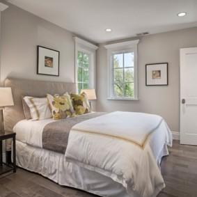 спальня с кроватью у окна расположение