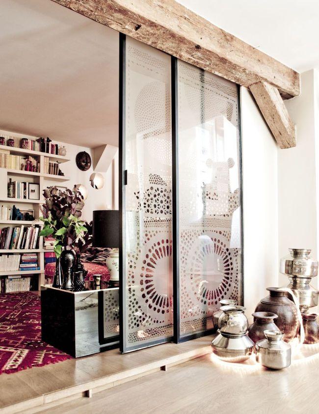 Декоративная балка из дерева на дверном проеме
