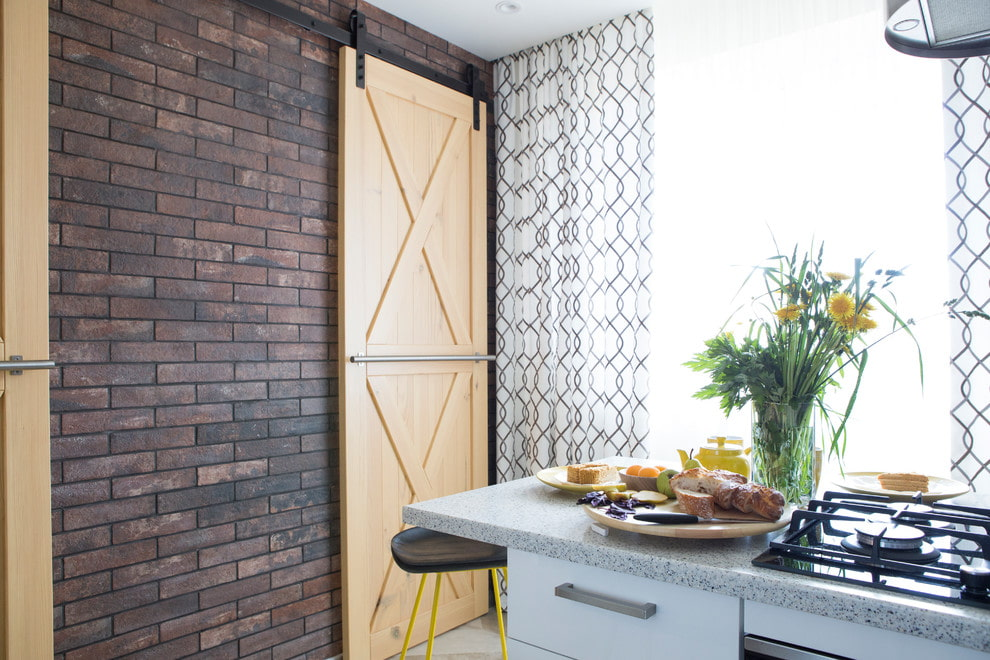 Деревянная дверь в кухне квартиры