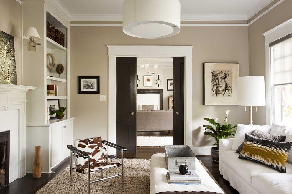 Темная дверь в интерьере белой гостиной