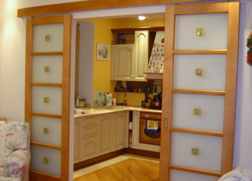 Двустворчатая раздвижная дверь в гостиной хрущевки