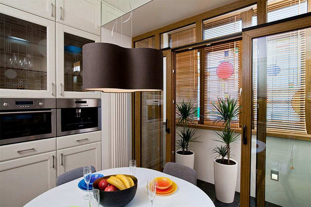 Небольшая кухня с раздвижными дверями