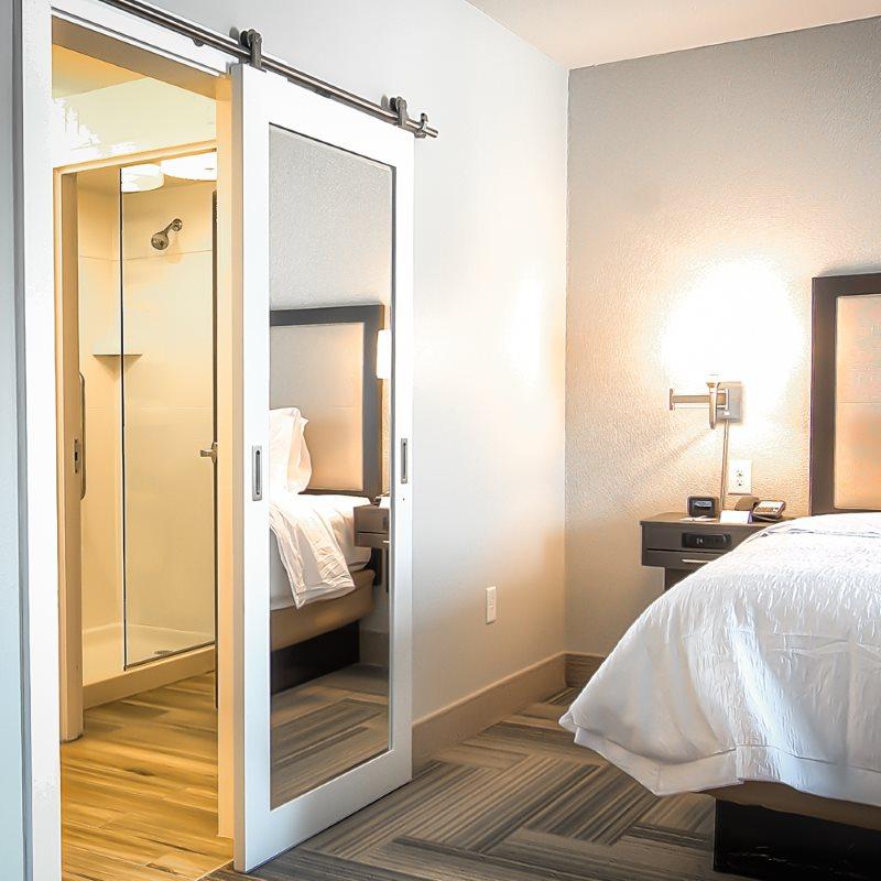 Сдвижная дверь в маленькой спальне хрущевки