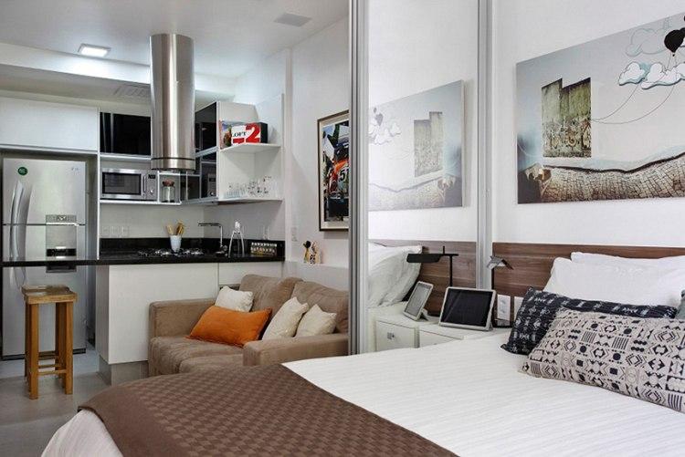 Широкая кровать в квартире-студии с раздвижной перегородкой