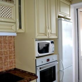 размещение микроволновки на кухне фото интерьер