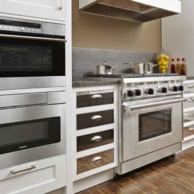 размещение микроволновки на кухне фото интерьера
