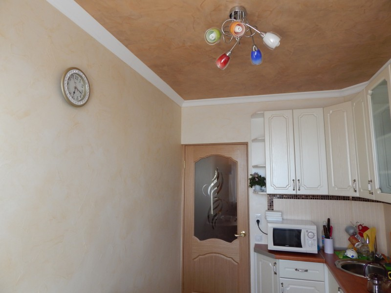 Светильник с разноцветными плафонами на потолке кухни