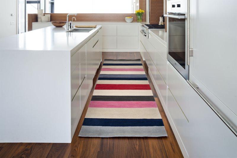 Разноцветные полоски на красивом коврике