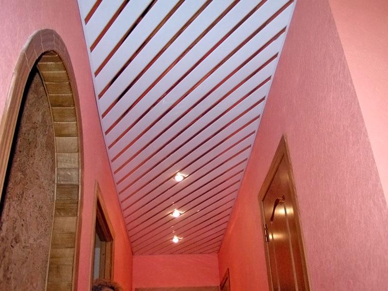 Реечный потолок в узкой прихожей