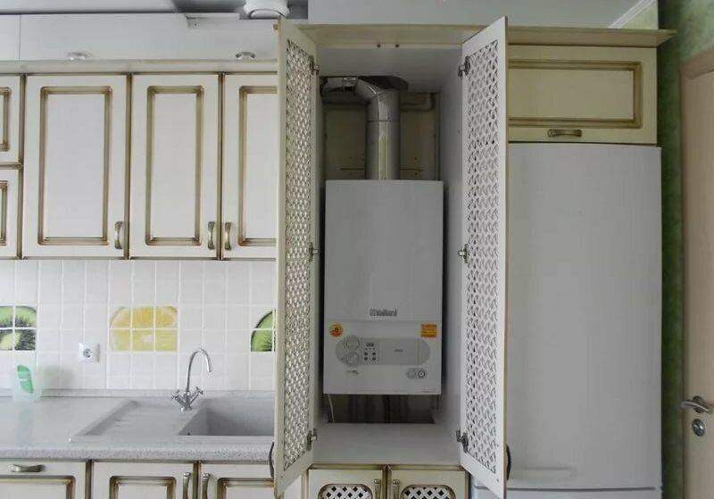 Настенный газовый котел в шкафу с решетчатыми дверцами