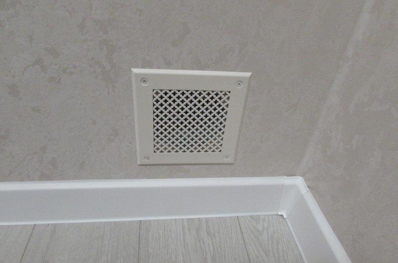 Решетка на вентиляционном отверстии между гостиной и спальней без окна