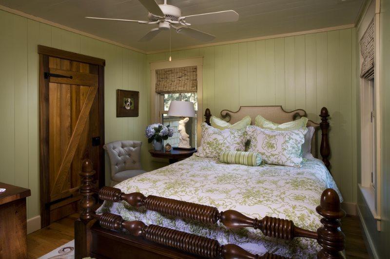 Деревянная кровать с резьбой на спинке