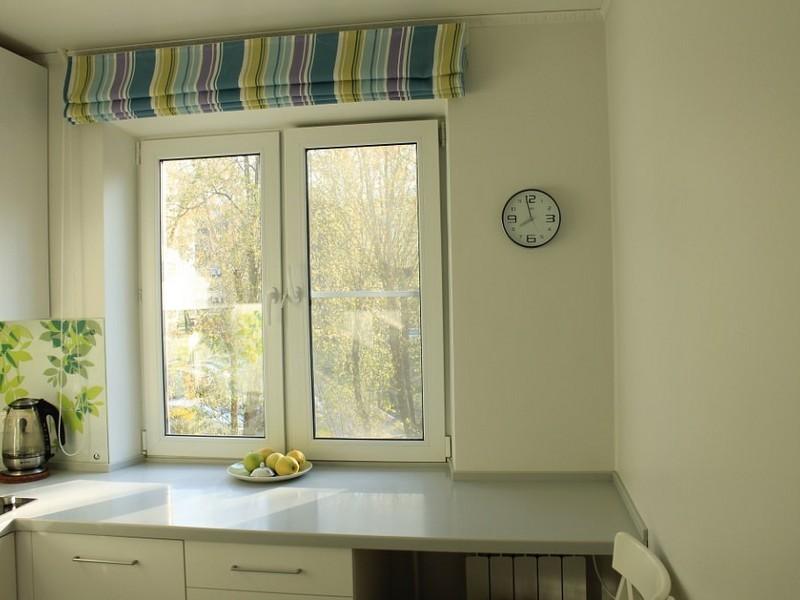 Римская штора на окне кухни в хрущевке