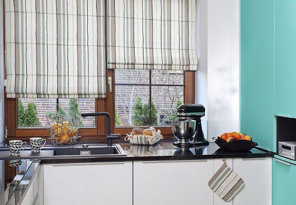 Полосатые римские шторы над кухонной мойкой