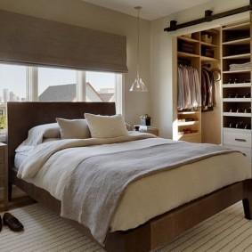 роскошная спальня с кроватью у окна