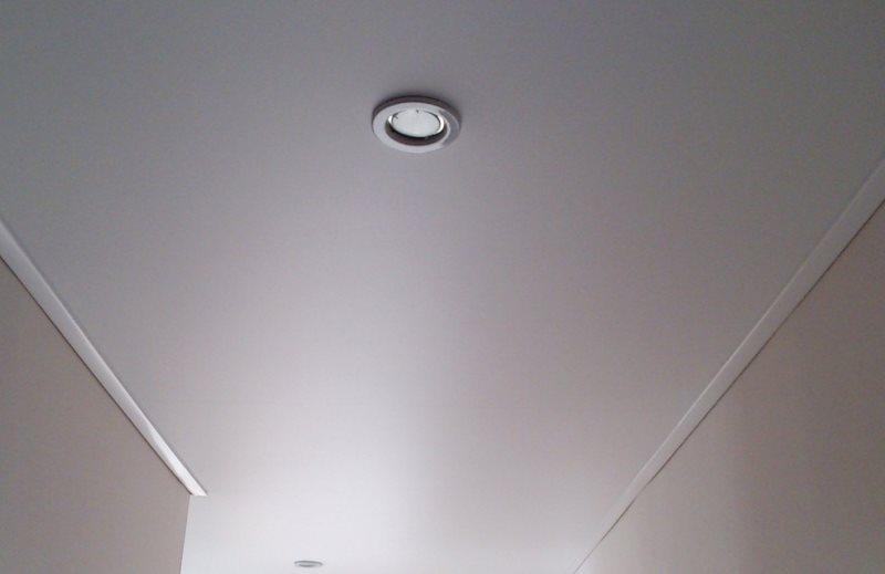 Встроенный светильник на ровной поверхности потолка прихожей