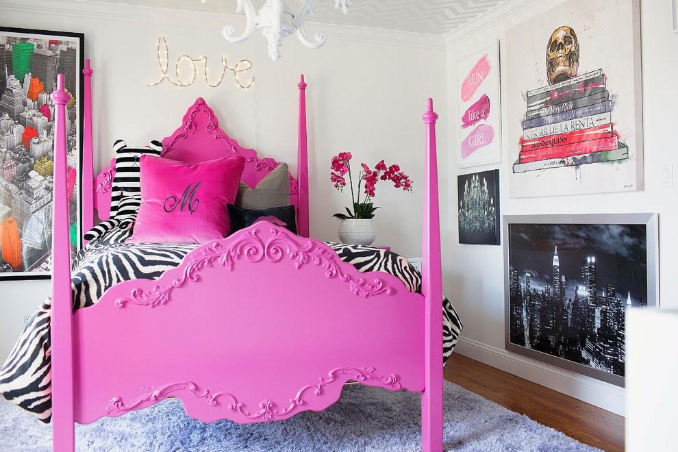 Полосатое порывало на кровати с розовым каркасом