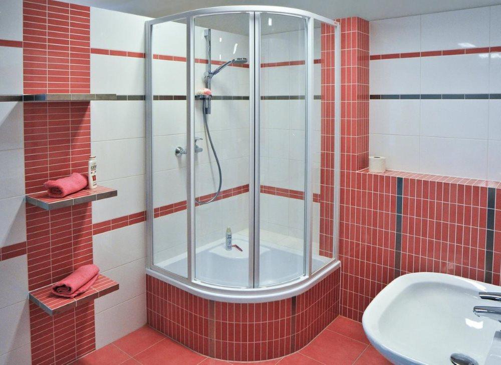 Душевая кабина в ванной с розовой плиткой