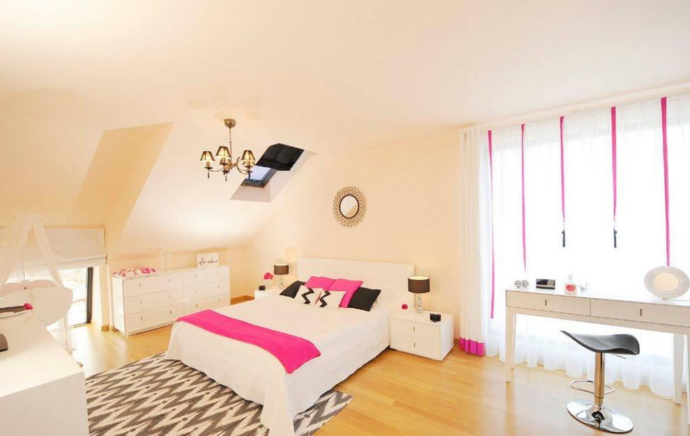 Полоска розового покрывала на белоснежной кровати
