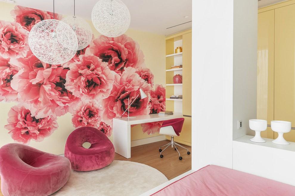 Крупные цветки розового цвета на обоях в спальне