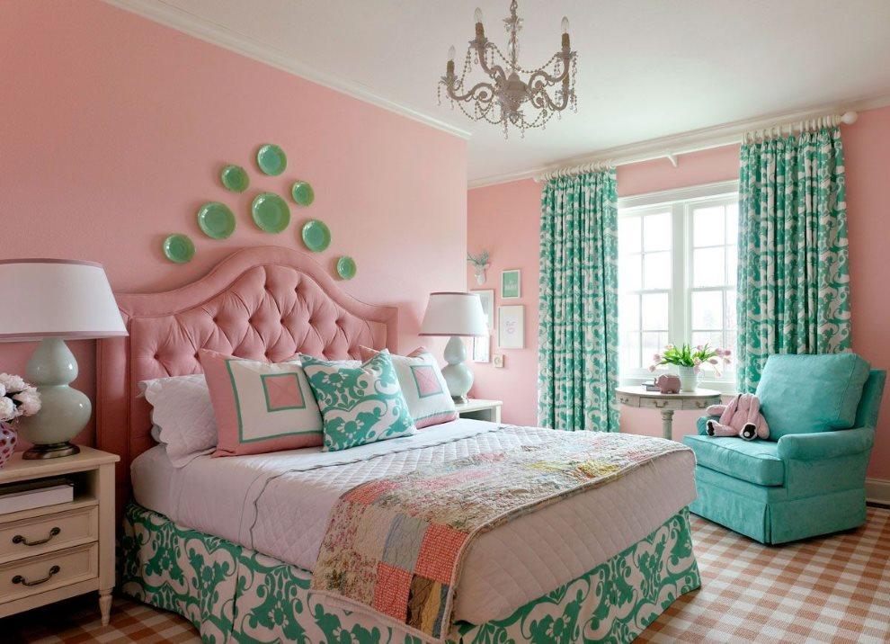 Бирюзовые занавески в спальне с розовыми обоями