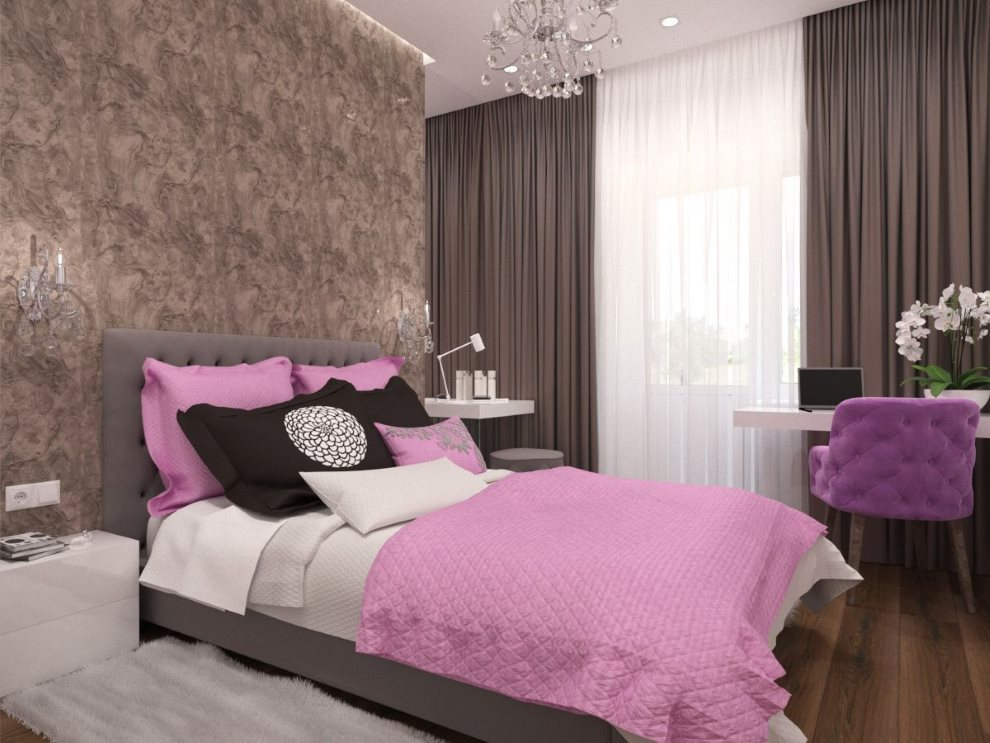 Розовые подушки на кровати спальни с коричневыми шторами