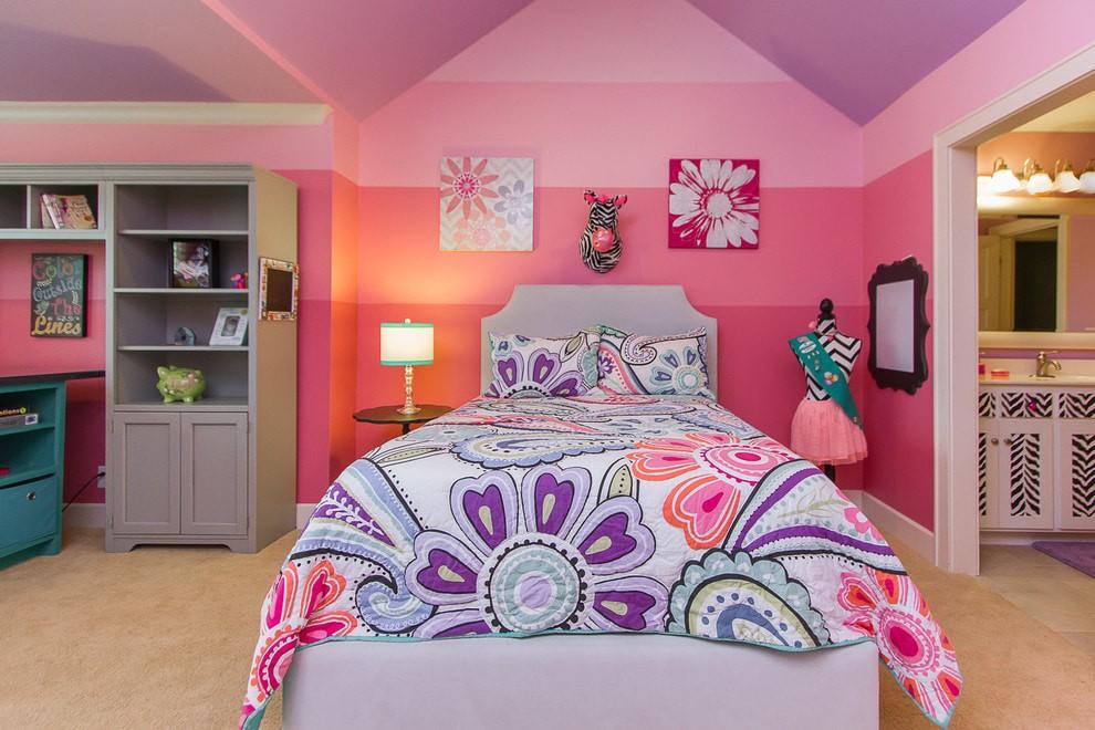 Сиренево-розовый интерьер спального помещения