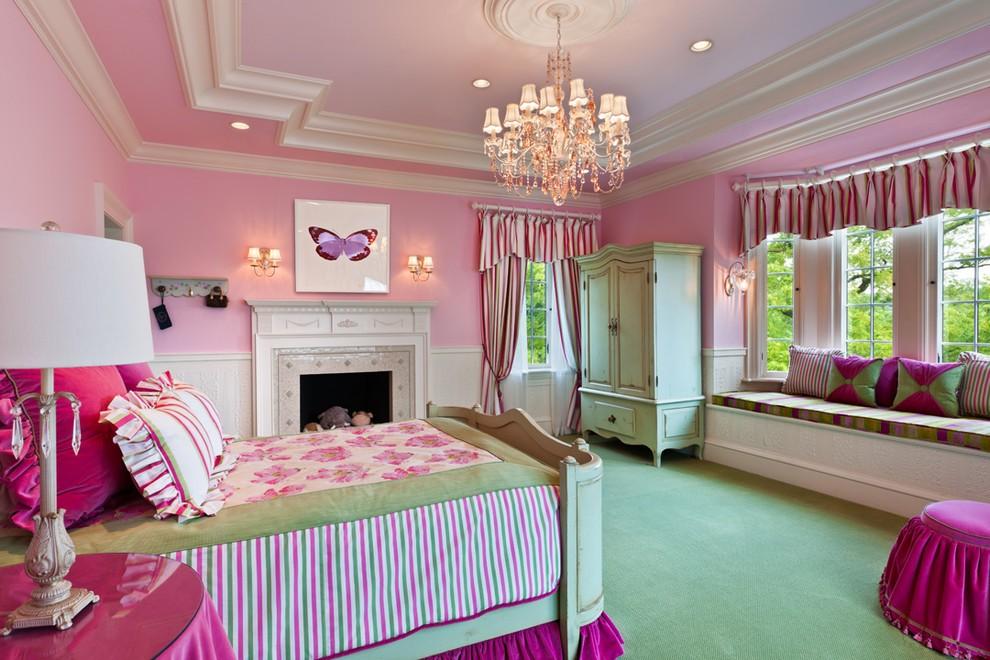 Зеленый пол в спальне с розовыми стенами