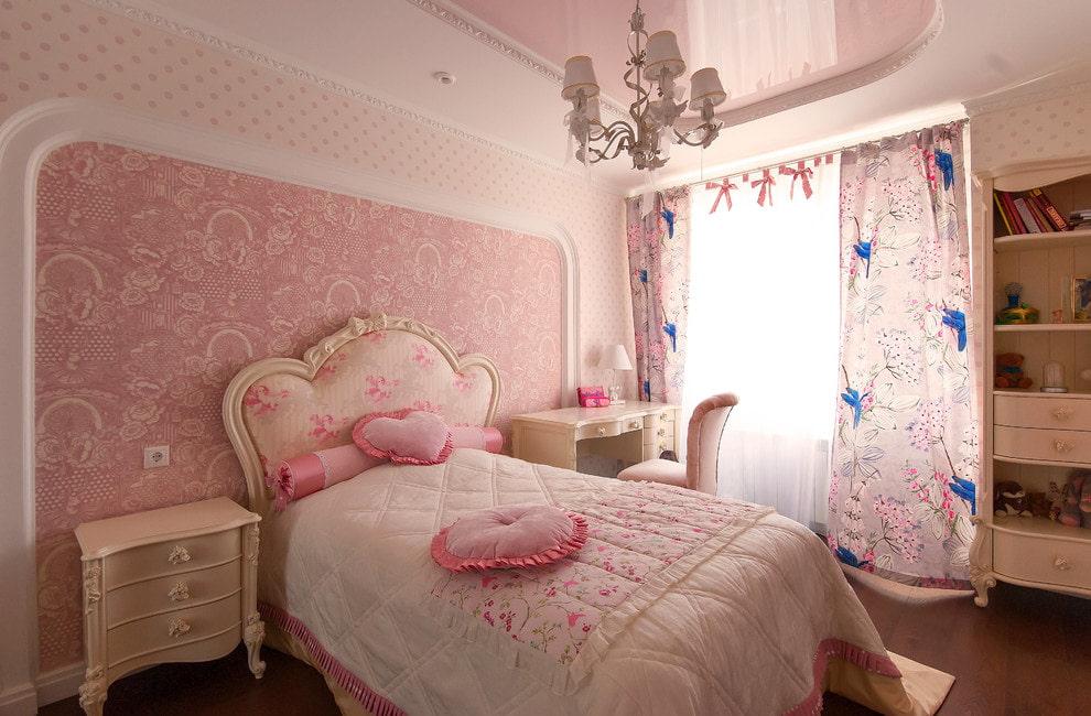 Розовые обои в спальне девушки