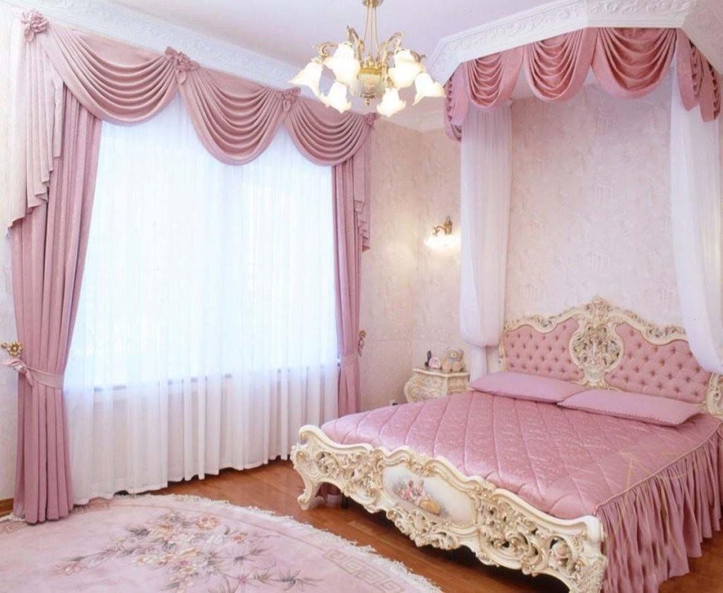 Занавески из розовой ткани в классической спальне