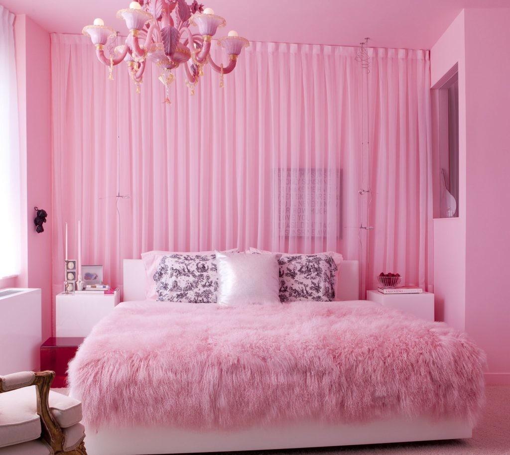 Розовые занавески в интерьере спальной комнаты