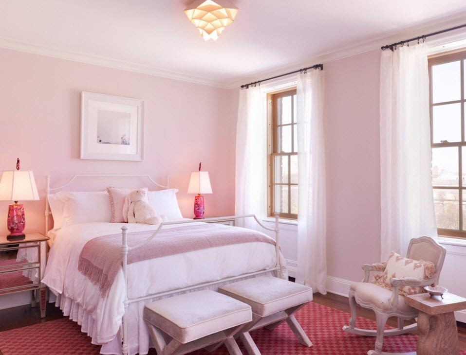Стульчик-качалка на розовом ковре в спальне
