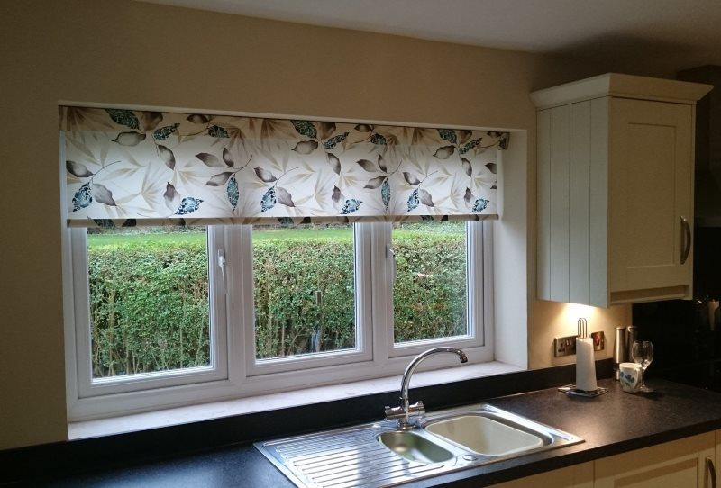 Цветастая рулонная штора над кухонной мойкой
