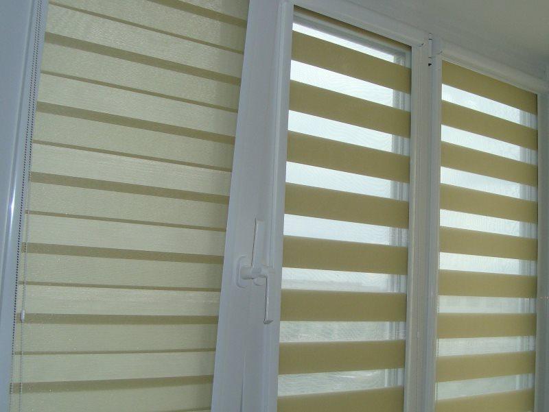 Рулонные шторы системы день-ночь на пластиковых окнах лоджии