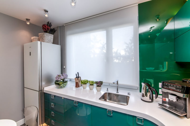 рулонные шторы на кухне декор фото