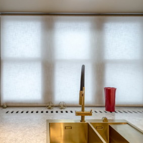 рулонные шторы на кухне фото декор