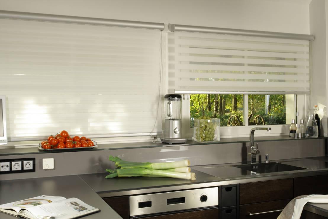 рулонные шторы на кухне фото декора