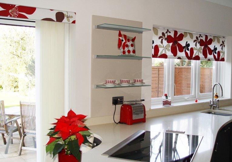 рулонные шторы на кухне виды
