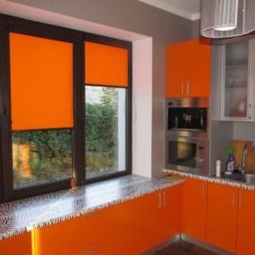 рулонные шторы на кухне декор идеи