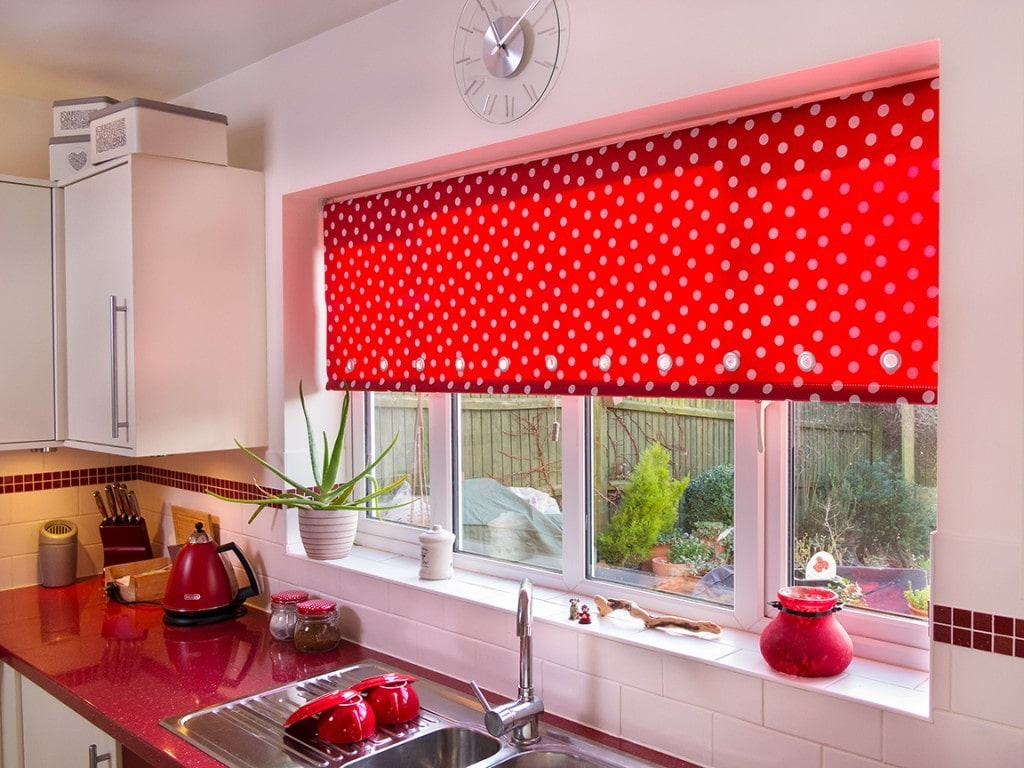 рулонные шторы на кухне фото интерьер
