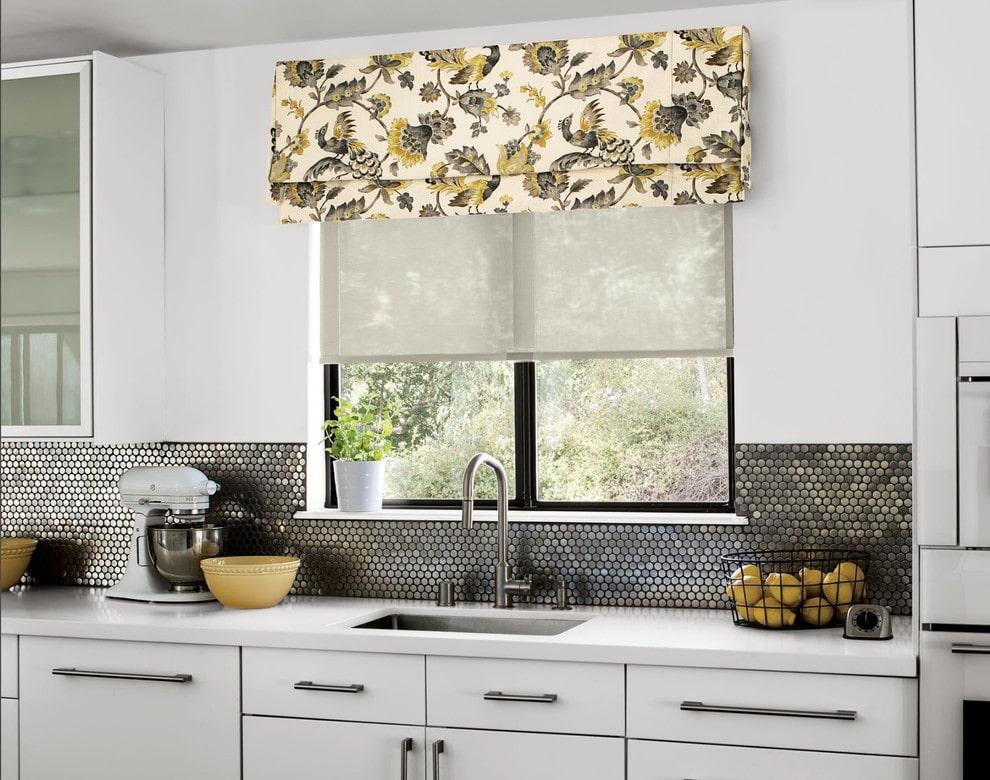 рулонные шторы на кухне фото оформление