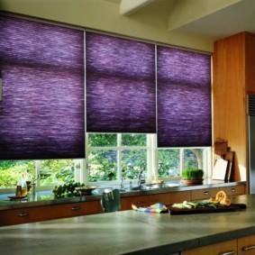 рулонные шторы на кухне фото оформления