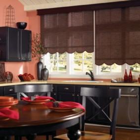 рулонные шторы на кухне оформление