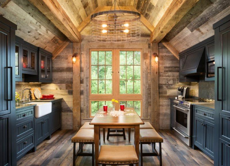 Двухрядная кухня в стиле рустик в дачном домике