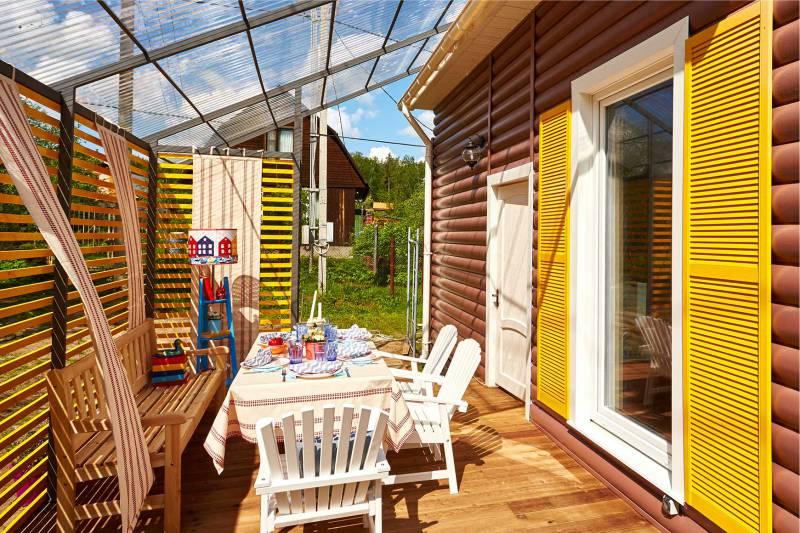 Садовые кресла в обеденной зоне летней кухни
