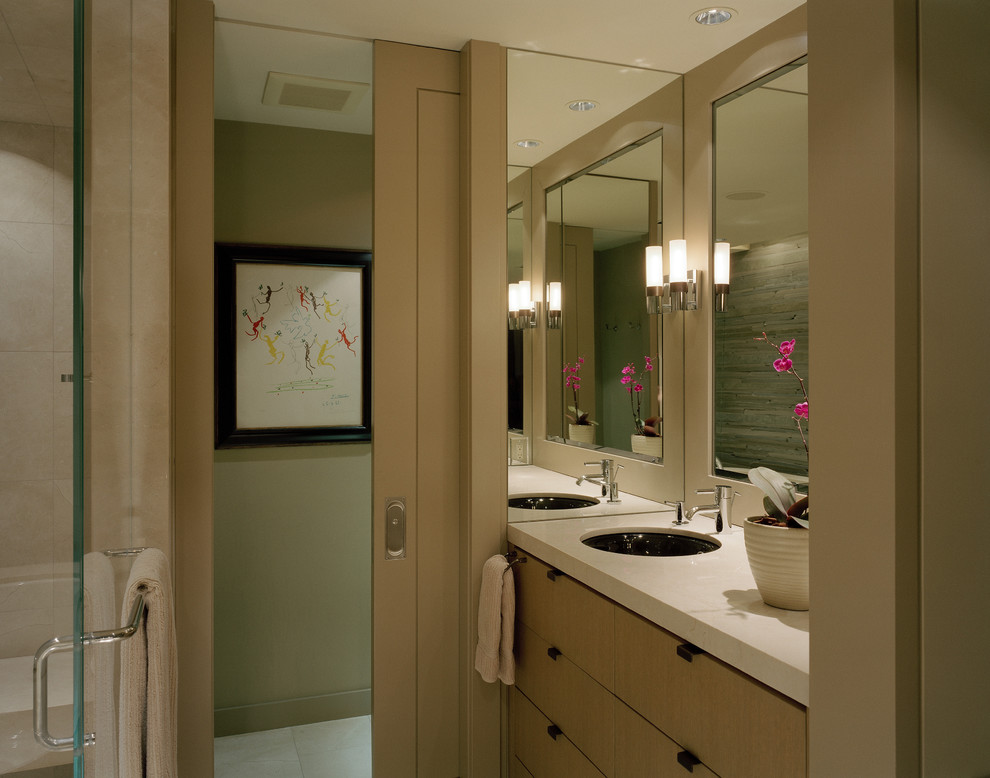 Компактная ванная комната с раздвижной дверью