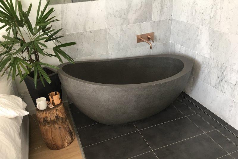Серая ванна из камня с гладкими стенками