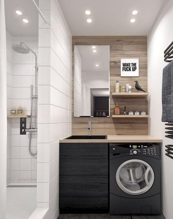 Серая стиральная машина в ванной с душем